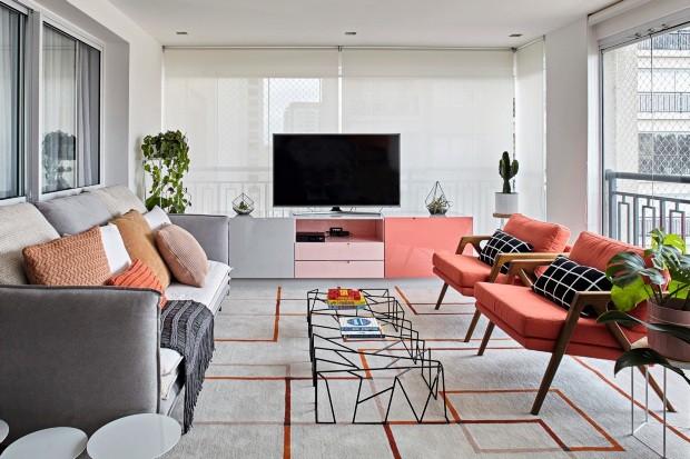 sala-com-moveis-rosa-sofa-cinza-e-tapete-com-desenhos-geometricos-741decoflaviagerab_mg_8882_6481