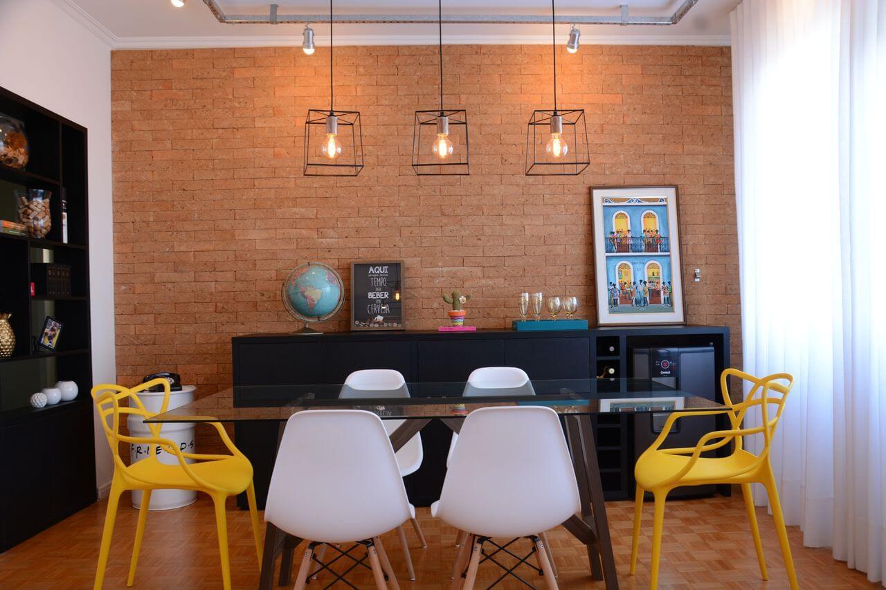 Sala-de-jantar-pequena-colorida-com-luminárias-pendentes-Projeto-de-Nathalia-Bilibio