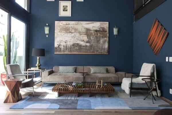 Sala-de-estar-com-parede-e-móveis-em-tons-de-azul-Projeto-de-AMC-Arquitetura-1